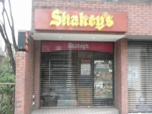シェイキーズの隣